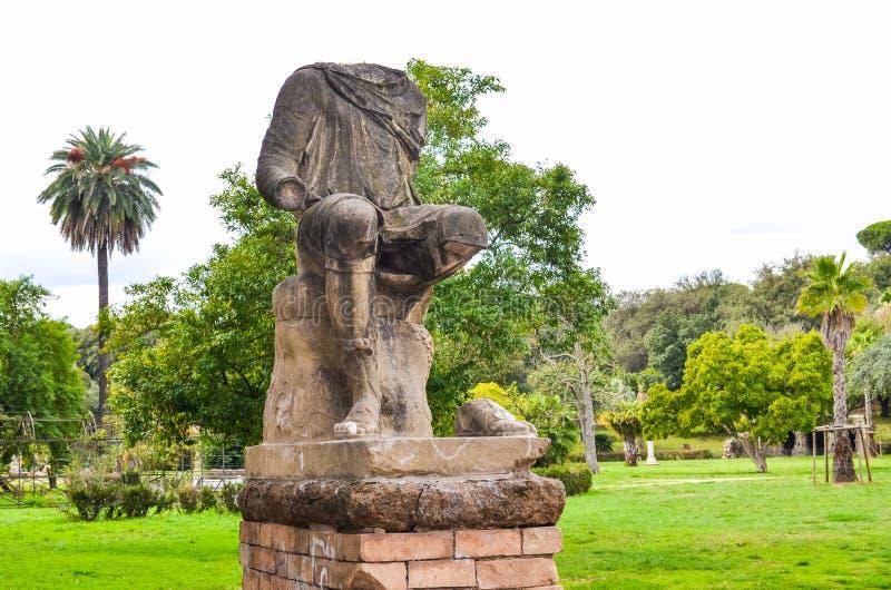 Den antika förstörda statyn parkerar in i Rome, Italien arkivbilder