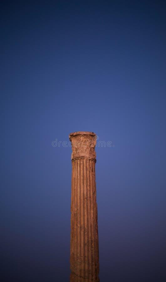 Den antika grekiska pelaren i blå himmel royaltyfri foto