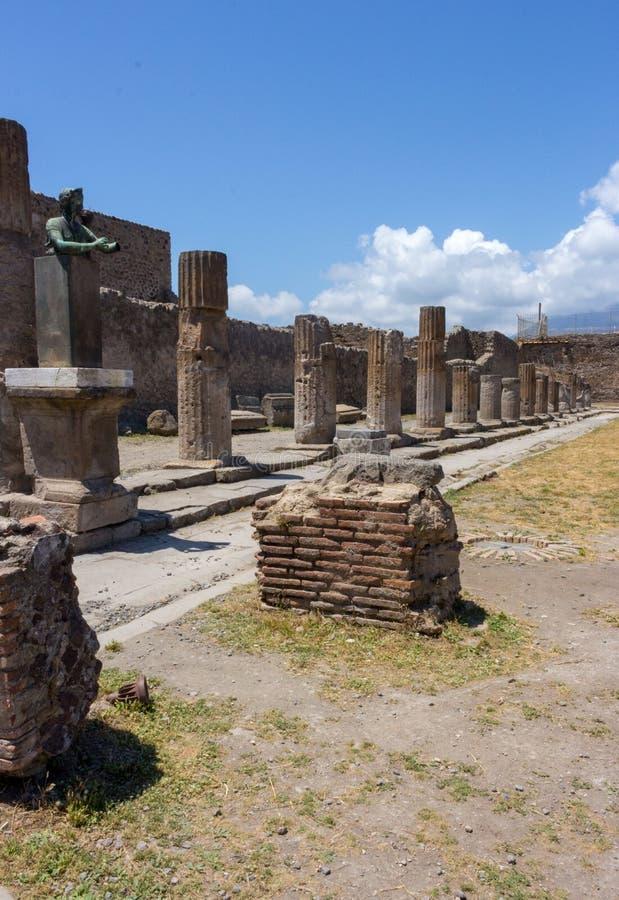 Den antika italienarefyrkanten med fördärvar och kolonner och monumentet i Pompeii, Italien Forntida forumbegrepp arkivfoton
