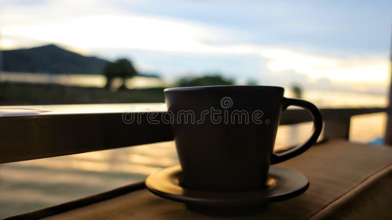 den antika koppen för affärskaffeavtalet danade för pennplatsen för den nya goda morgonen den gammala skrivmaskinen arkivfoton