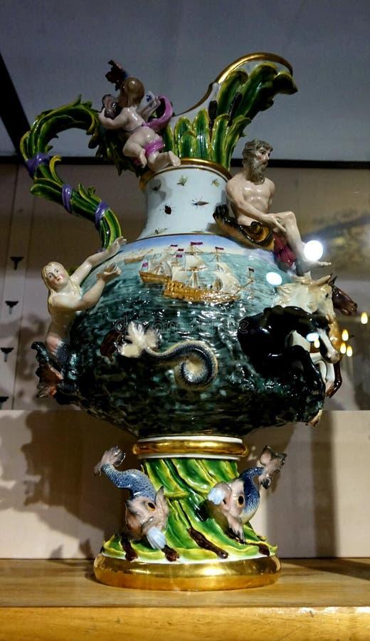 Den antika porslinvasen i det imperialistiskt försilvrar samlingen i Hofburgen fotografering för bildbyråer