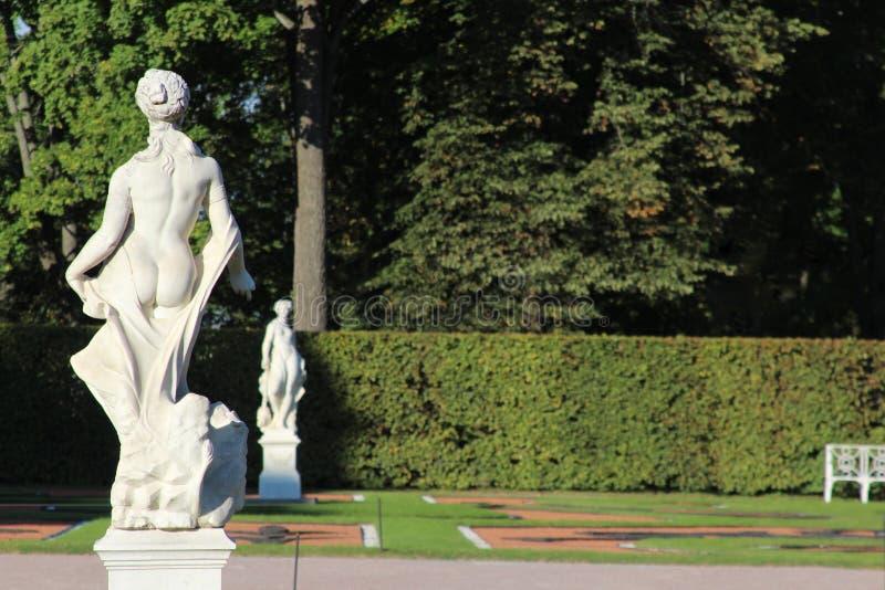Den antika stenstatyn av gudinnan i Catherinen parkerar, Pushkin, St Petersburg royaltyfri foto