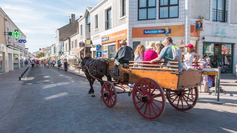 Den antika vagnen drog vid en häst i gatorna av staden royaltyfri fotografi