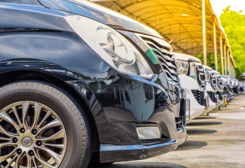 Den använda bilen shoppar - vita och svarta bilar som parkeras i rader på Bangkok, Thailand arkivfoton
