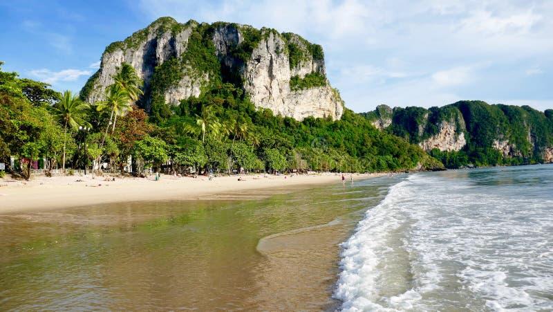 Den Aonang stranden med kalksten vaggar arkivbilder