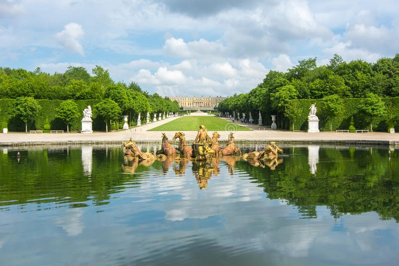 Den Apollo springbrunnen i Versailles arbeta i trädgården, Paris, Frankrike royaltyfria bilder