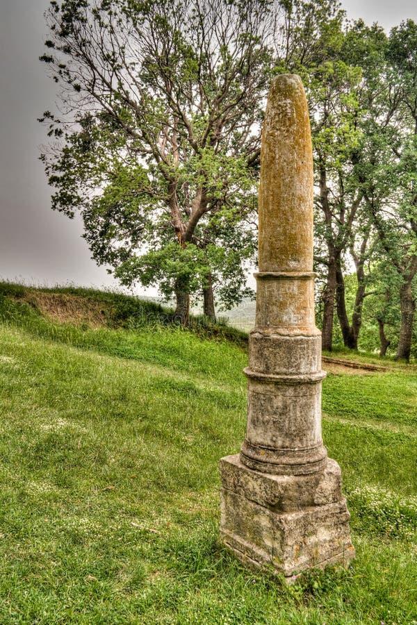 Den Apollos obelisken fördärvar in av en gammalgrekiskastad av Apollonia, Fier County, Albanien arkivfoto
