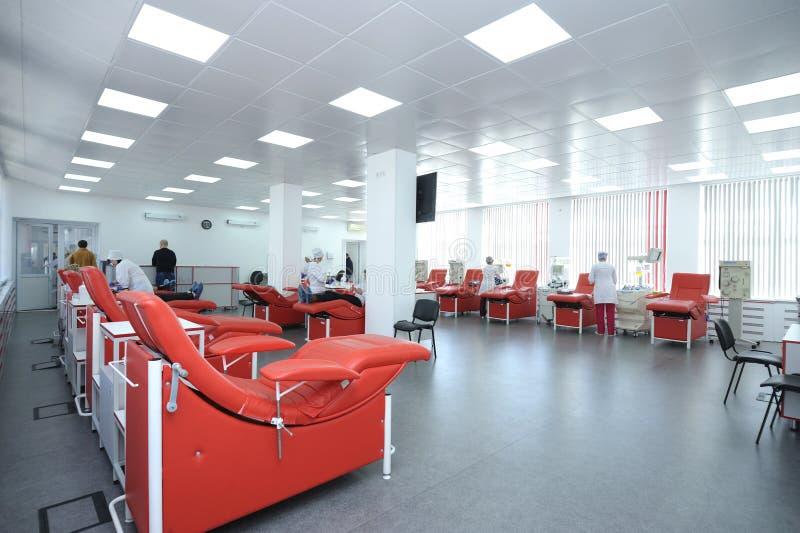 Den Apparat und Daybeds trennen eingestellt an der StadtBluttransfusionsstation lizenzfreies stockfoto