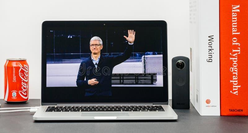 Den Apple grundtanken med Tim Cook farvälhänder avslutar grundtanke arkivbilder