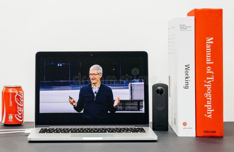 Den Apple grundtanken med Tim Cook farvälhänder avslutar grundtanke arkivfoton