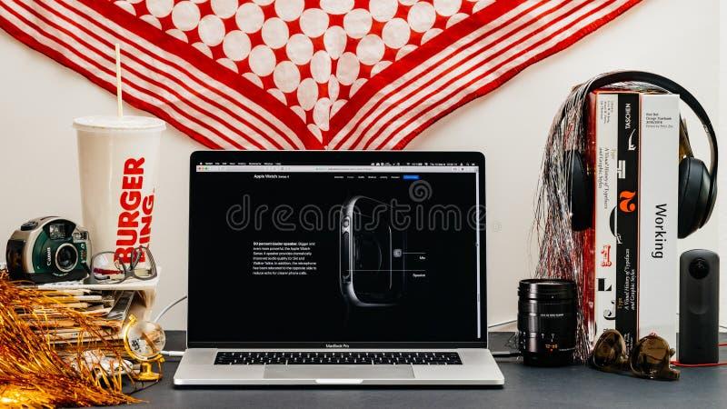 Den Apple websiten med senast klockaserie 4 stojar den nya högtalaren royaltyfri bild