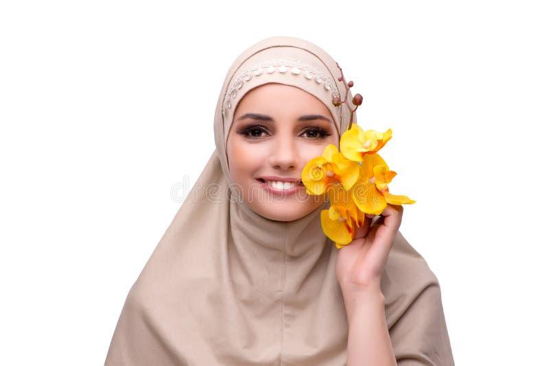 Den arabiska kvinnan med orkidéblomman som isoleras på vit royaltyfri fotografi