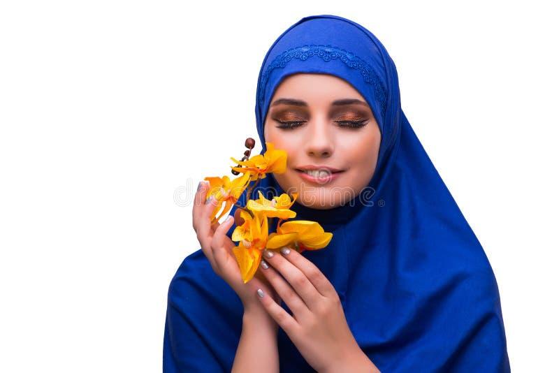 Den arabiska kvinnan med orkidéblomman som isoleras på vit fotografering för bildbyråer