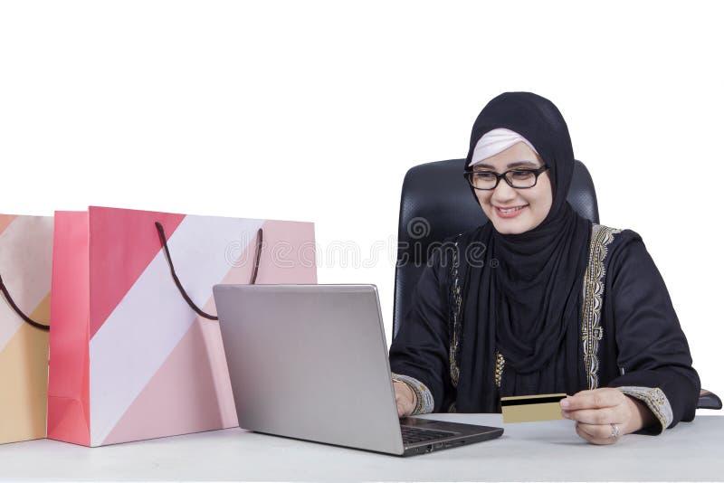 Den arabiska kvinnan med skyler att shoppa direktanslutet royaltyfri bild