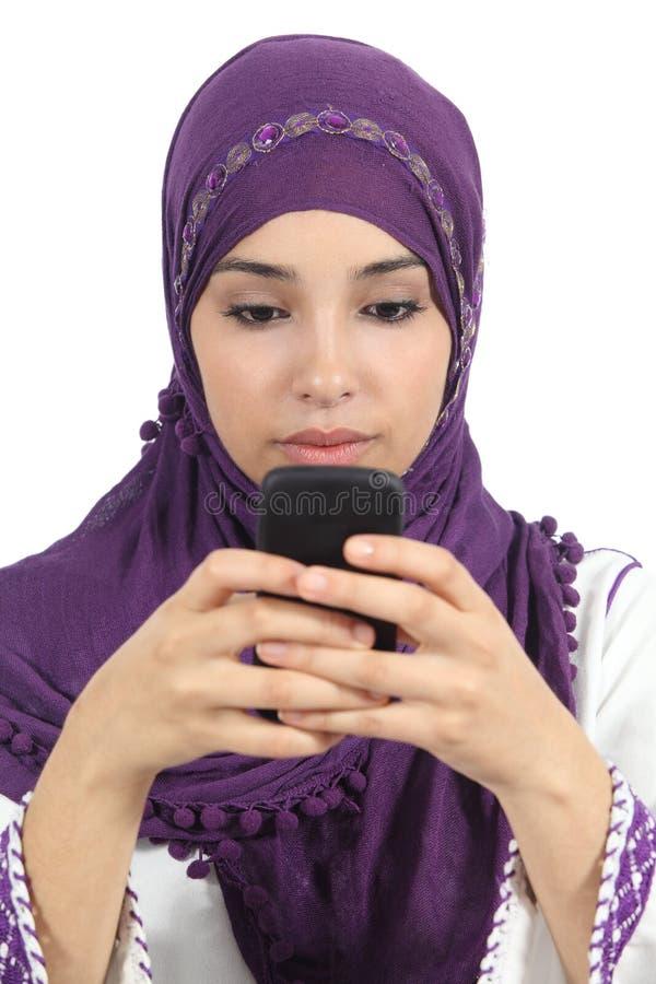 Den arabiska kvinnan som skriver ett meddelande, missbrukade till den smarta telefonen arkivbild