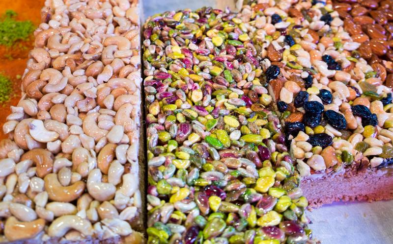 Den arabiska sötsaken bakar ihop med muttrar royaltyfri fotografi