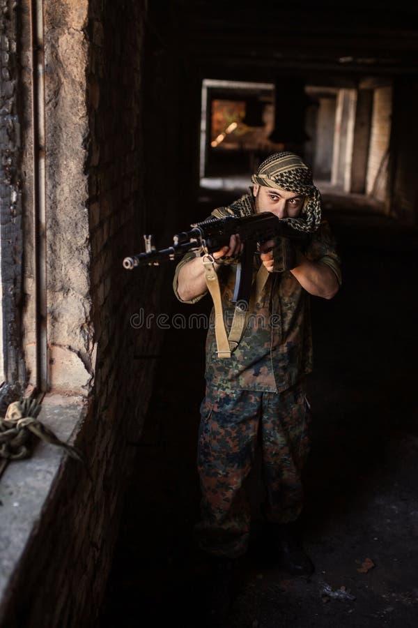 Den arabiska soldaten med geväret för AK-47 Kalashnikovanfall royaltyfria foton