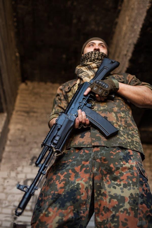 Den arabiska soldaten med geväret för AK-47 Kalashnikovanfall arkivfoton