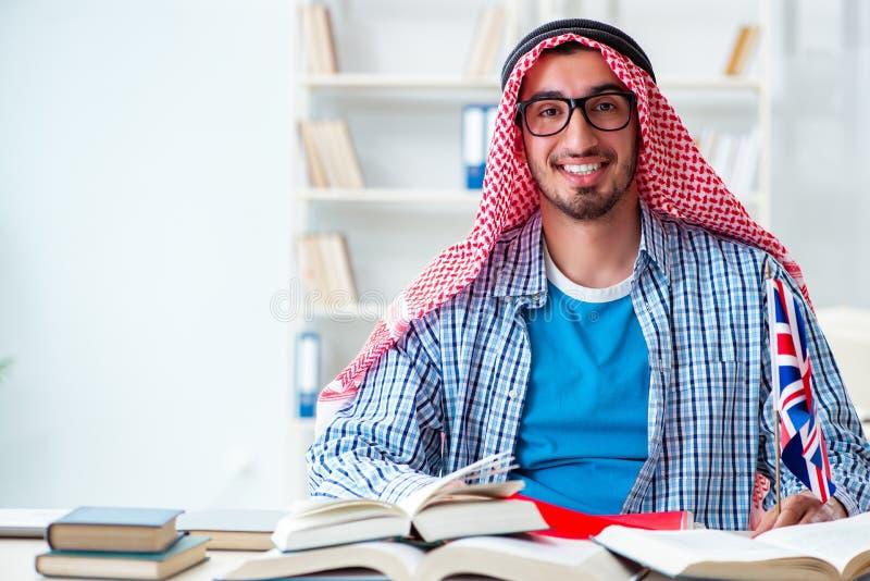 Den arabiska studenten som studerar engelskt språk royaltyfria bilder