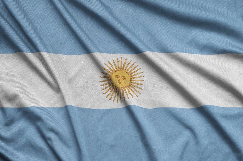 Den Argentina flaggan visas på ett sporttorkduketyg med många veck Baner för sportlag royaltyfria bilder