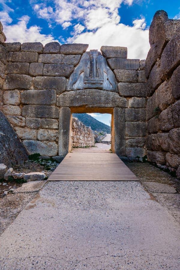 Den arkeologiska platsen av Mycenae nära byn av Mykines, med forntida gravvalv, jätte- väggar och den berömda lejonporten arkivbild
