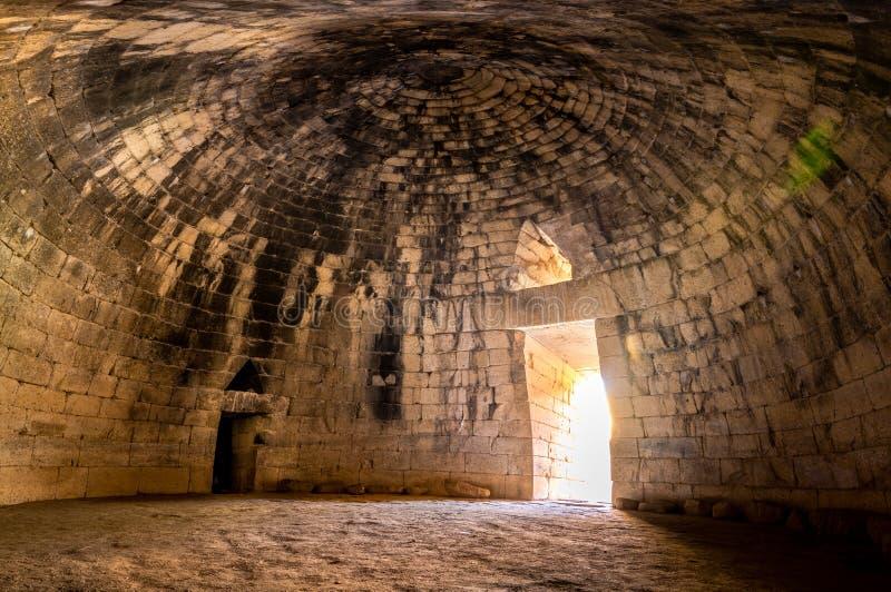 Den arkeologiska platsen av Mycenae nära byn av Mykines, med forntida gravvalv, jätte- väggar och den berömda lejonporten arkivfoton