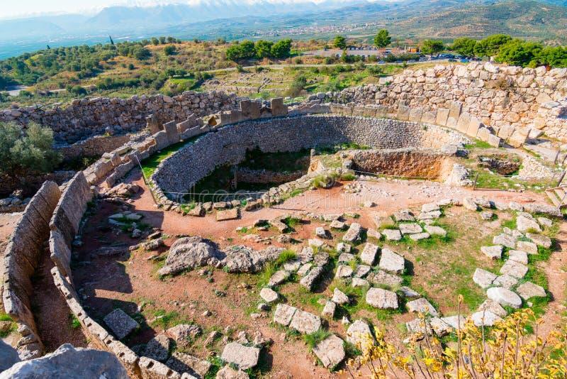 Den arkeologiska platsen av Mycenae nära byn av Mykines, med forntida gravvalv, jätte- väggar och den berömda lejonporten royaltyfri bild