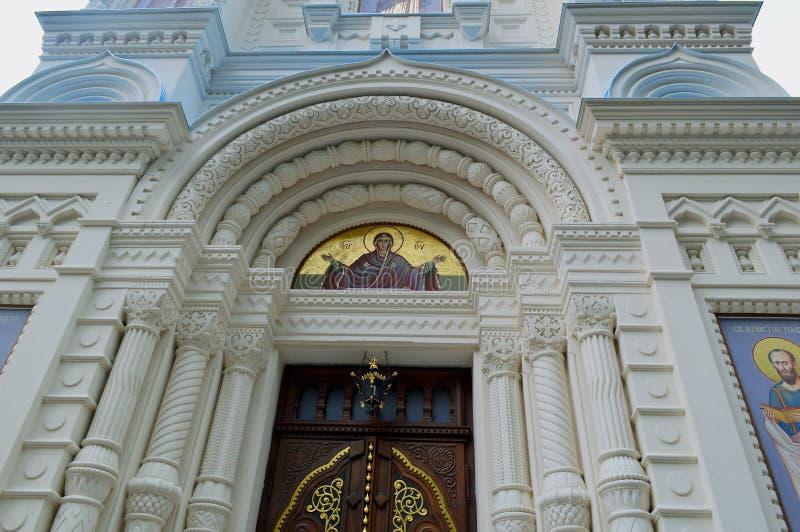 Den arkitektoniska detaljen på den ryska ortodoxa kyrkan av St Peter och Paul i Karlovy varierar Tjeckien royaltyfria bilder