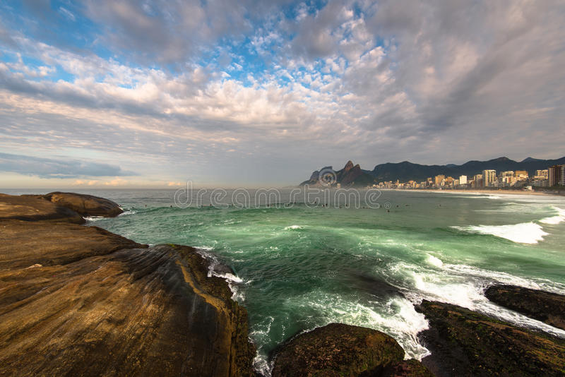 Den Arpoador stranden vaggar och dramatisk himmel ovanför Rio de Janeiro royaltyfri fotografi