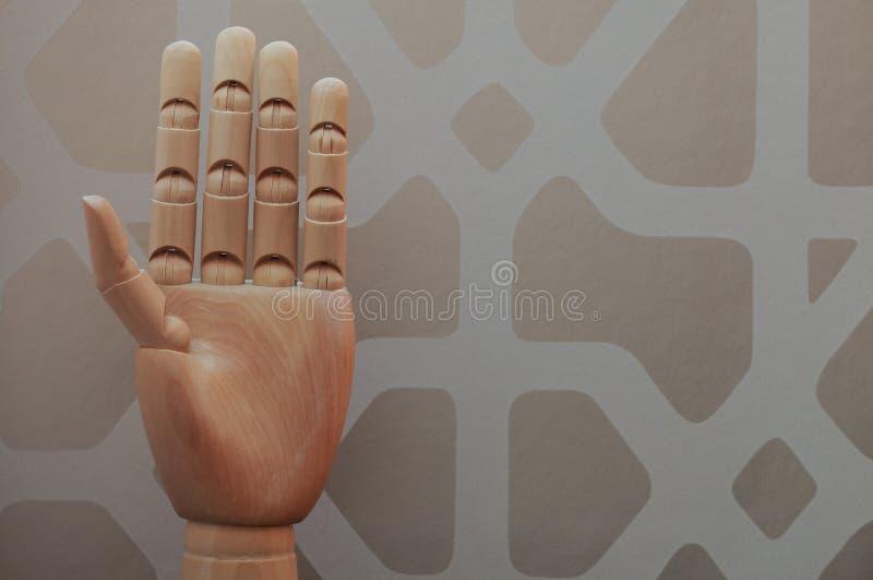 Den artikulerade trähanden med fem fingrar lyftte i allusion för att numrera fem arkivbild