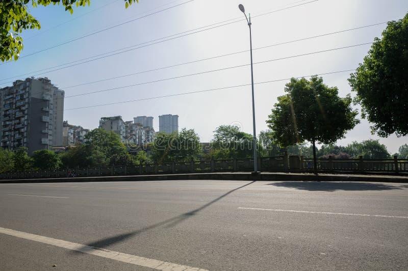 Den asfalterade vägen med stenen balustraded i stad av den soliga våren mo arkivfoton