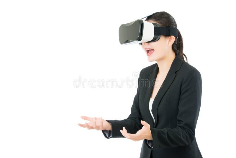Den asiatiska överraskningen för affärskvinnan mottar gåvan vid VR-hörlurar med mikrofon arkivbild