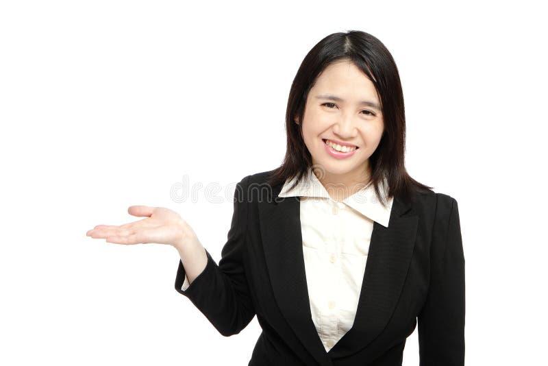 den asiatiska affären introducerar leendekvinnan royaltyfri bild