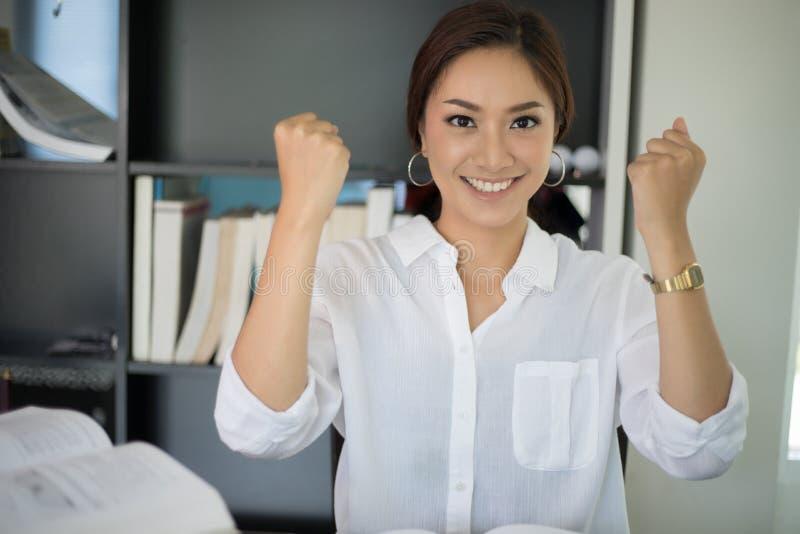 Den asiatiska affärskvinnan beväpnar upp för berömframgångarbete, Su royaltyfri bild