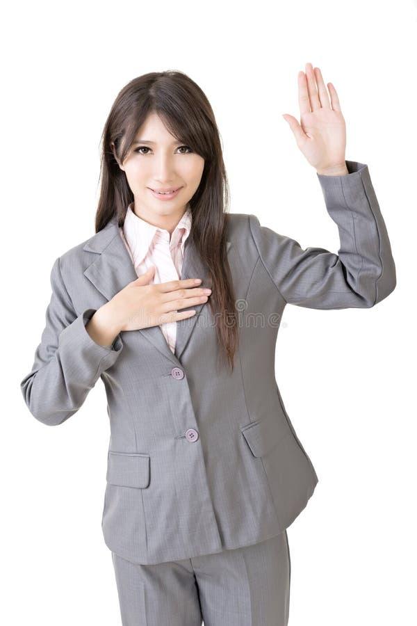 Den asiatiska affärskvinnan ger dig som en gest av svär royaltyfri fotografi