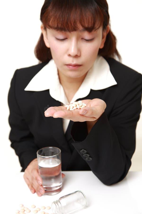den asiatiska affärskvinnan lider från melankoliskt arkivfoto