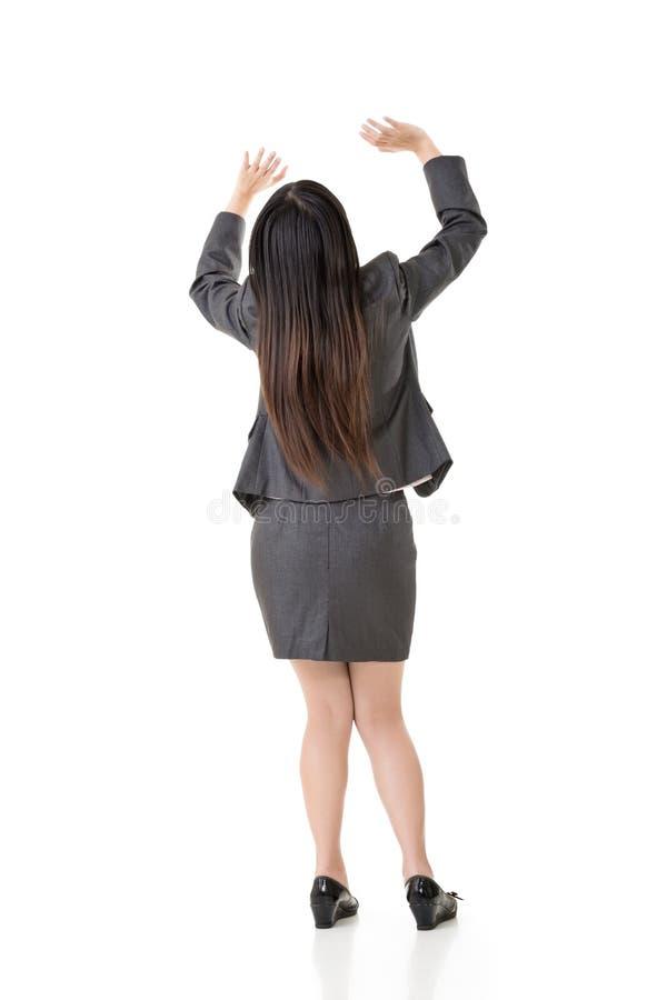 Den asiatiska affärskvinnan rymmer upp något arkivbilder