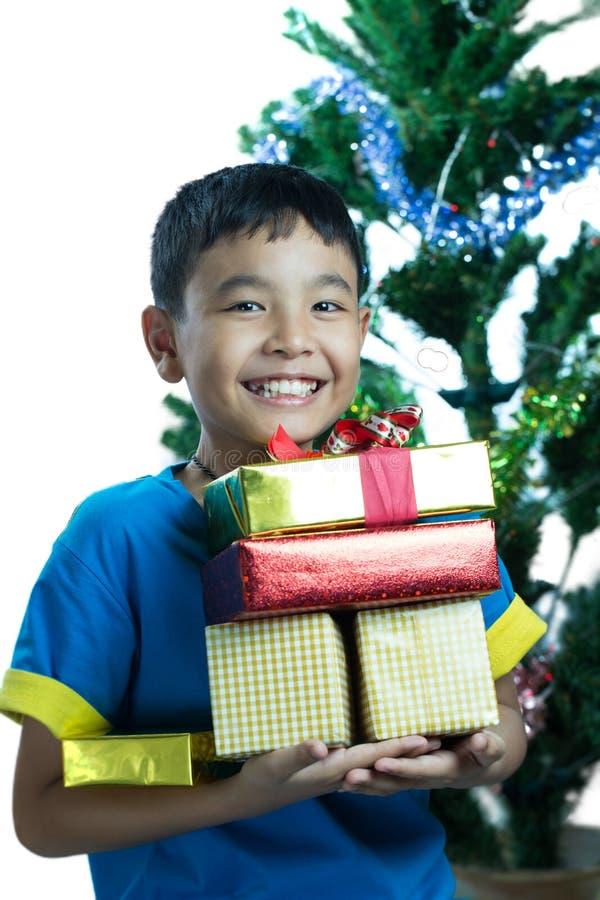 Den asiatiska bunten för ungeleendeinnehavet av gåvor boxas royaltyfri foto