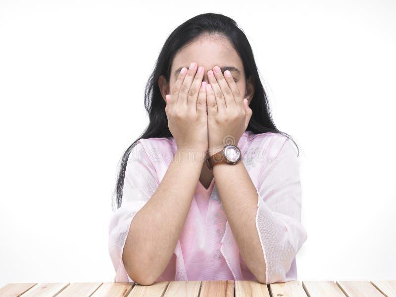 den asiatiska coveringen eyes henne tonåringen arkivfoton