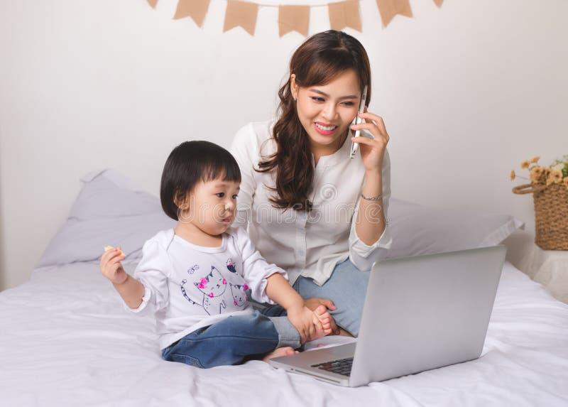 Den asiatiska damen i klassisk dräkt talar på mobiltelefonen och woen royaltyfria foton