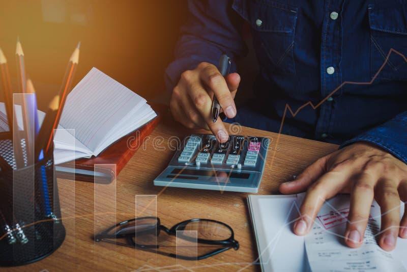 Den asiatiska den manrevisorn eller bankiren beräknar finanser/besparingar pengar eller ekonomibegrepp