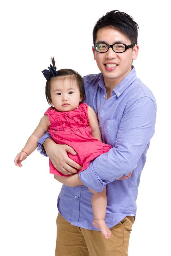 Den asiatiska fadern med behandla som ett barn flickan royaltyfri fotografi