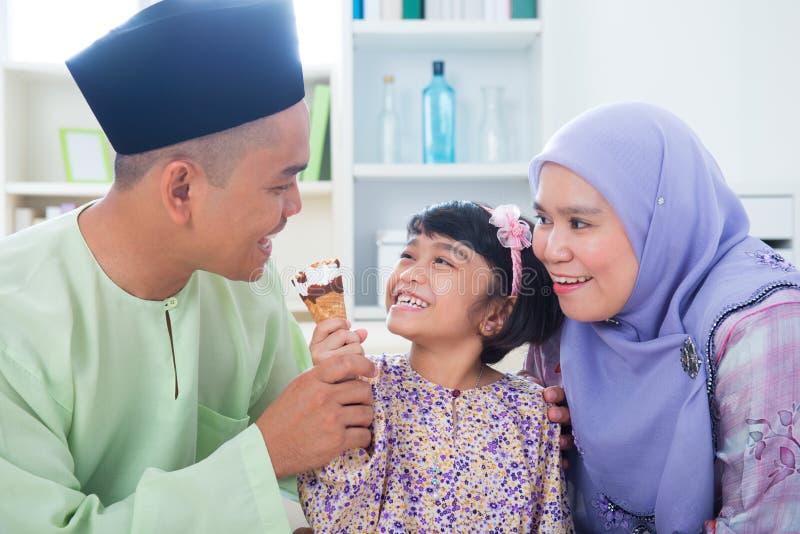 Den asiatiska familjen äter glass arkivfoto