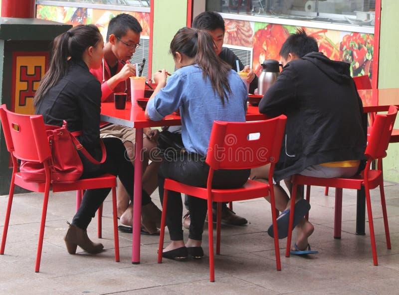 Den asiatiska familjen äter i kineskvarter i Adelaide arkivbilder
