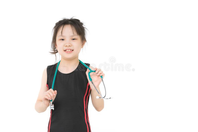 Den asiatiska flickan b?r gr?n stechoscope arkivfoton