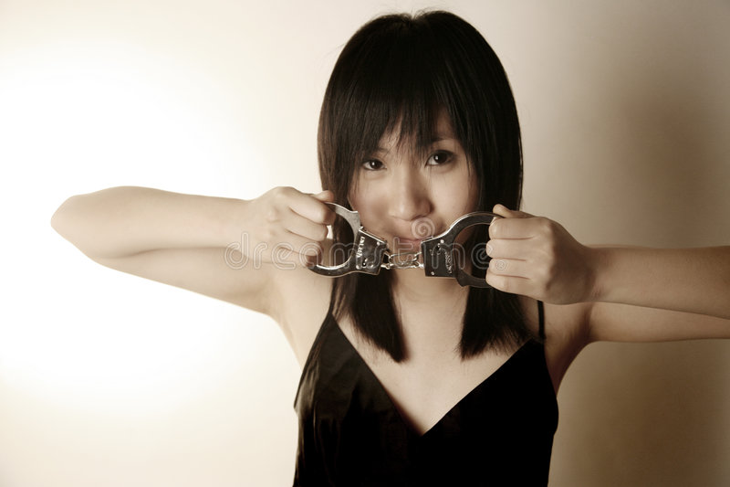 den asiatiska flickan handfängslar holdingen royaltyfri foto
