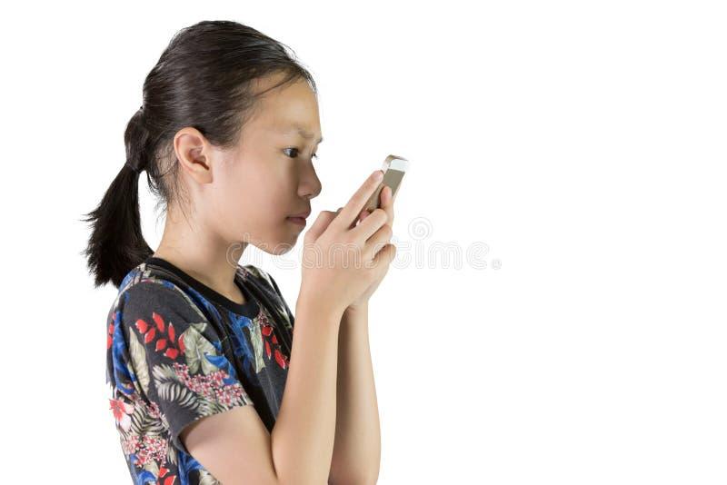Den asiatiska flickan har ögonproblem, myopiskt begrepp arkivfoton