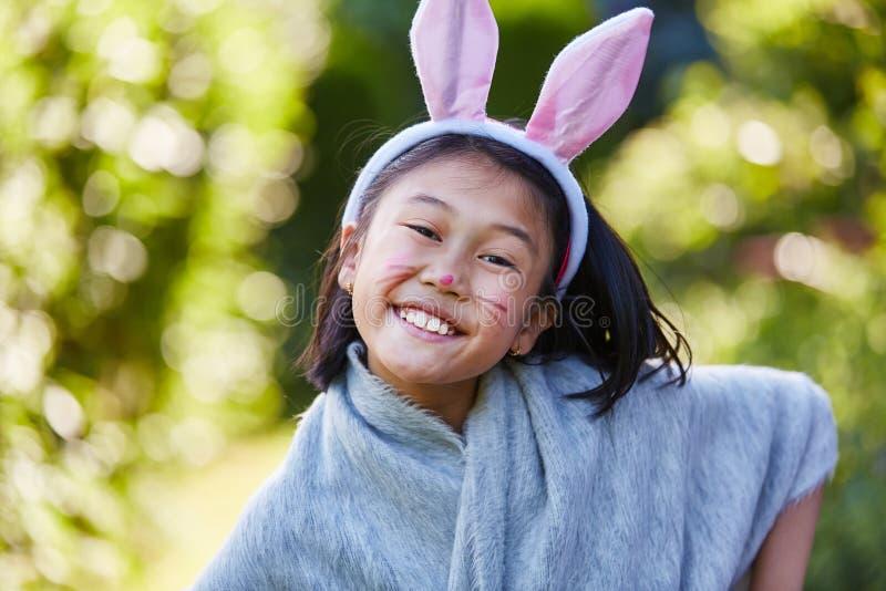 Den asiatiska flickan med kaninen gå i ax arkivfoton