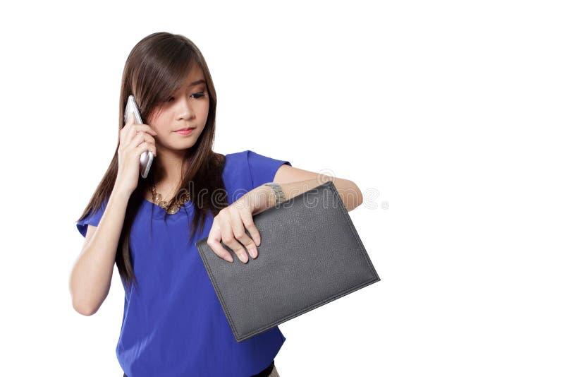 Den asiatiska flickan ser mycket upptagen arkivbilder