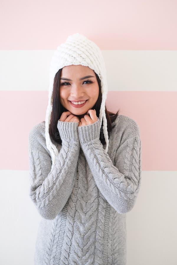 Den asiatiska flickan som skjutas kropplängden, bär en vinterdräkt royaltyfri bild